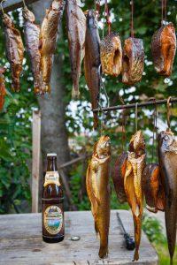 Bier und Räucherforellen