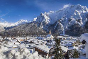 Tief verschneites Mittenwald