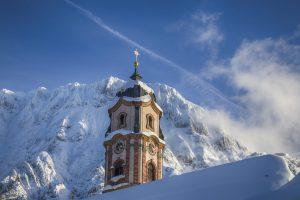 Mittenwalder Kirche vor dem verschneiten Karwendel