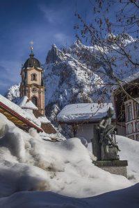 Kirche, Viererspitze und Denkmal