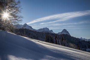 Verschneiter Blick auf die Alpspitze und den Waxenstein